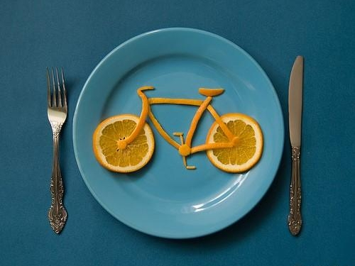 Whether you're cycling on a medium range or during an intensive workout, it is obvious that your performance will be related to what you have eaten previously. An average cyclist burns out 300 calories an hour, therefore you can eat without worrying about getting fat.