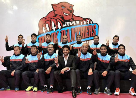 The victorious Jaipur Pink Panthers with the proud owner Abhishek Bachchan