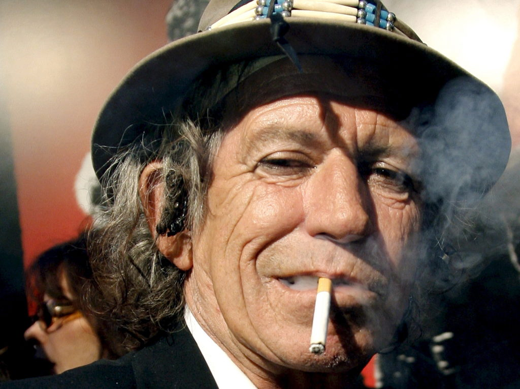 epa01300520 Rolling Stones Guitarist Keith Richards smokes a cigarette at the World Premeire of 'Shine the Light' at the Ziegfeld Theater in New York USA, 30 March 2008. EPA/PETER FOLEY