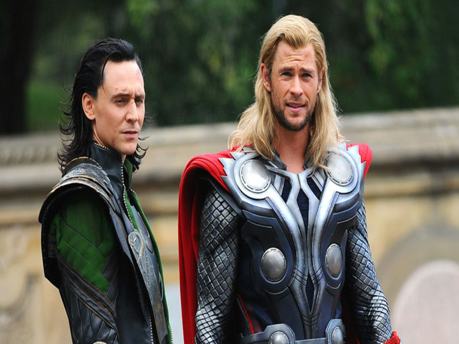 Photo of Tom Hiddleston Wins An Award But Chris Hemsworth Steals His Thunder